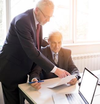 Dois, maduras, homem negócios, discutir, projeto negócio, em, escritório