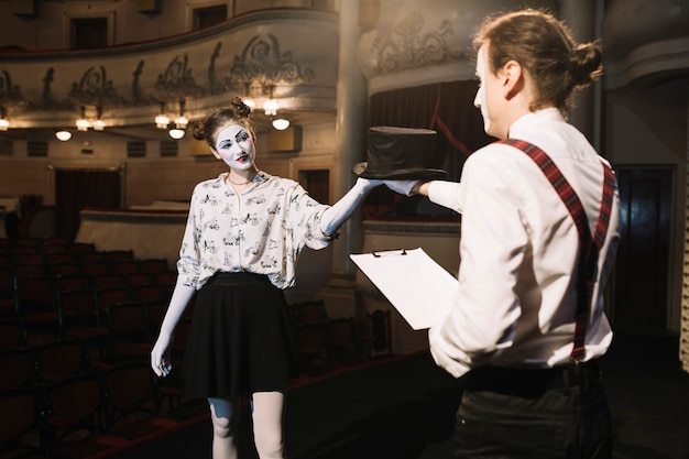 Dois masculino e feminino mime artista ensaiando no palco