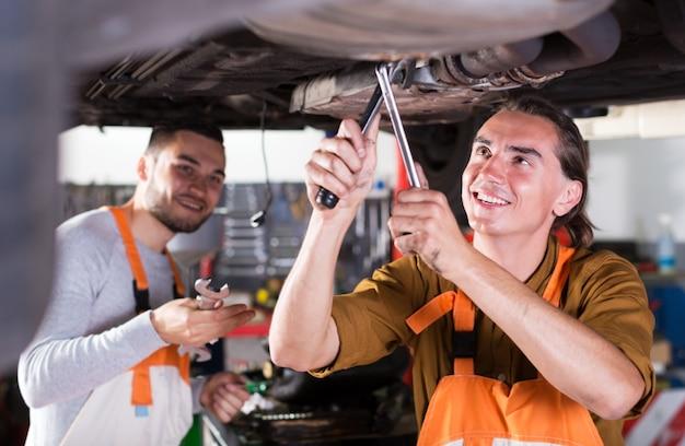 Dois mecânicos de carro bem sucedidos
