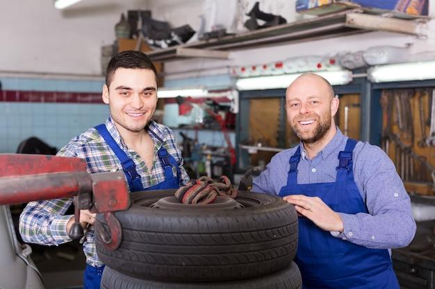 Dois mecânicos de carro na oficina