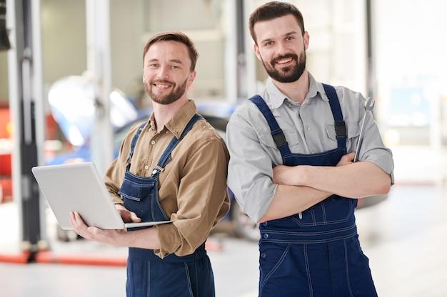 Dois mecânicos modernos posando
