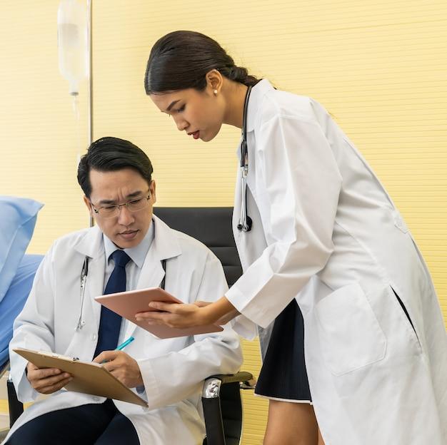 Dois médicos asiáticos fazem discussão
