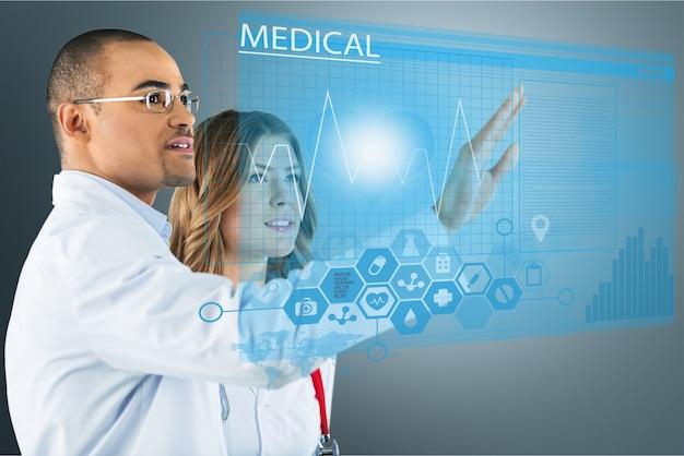 Dois médicos com interface de computador moderna como conceito médico