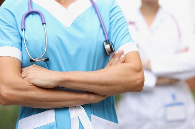 Dois médicos confiantes com o conceito de equipe médica de mãos postas