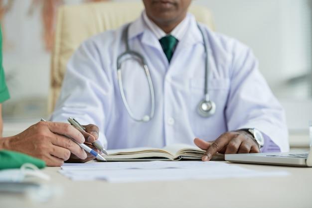 Dois médicos coworking na mesa tiro horizontal
