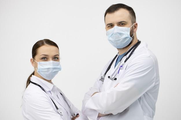 Dois médicos em máscaras aguarda com expectativa