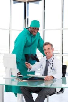 Dois médicos falando sobre dois raios-x