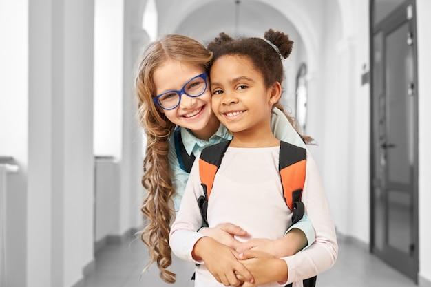 Dois melhores amigos no corredor da escola