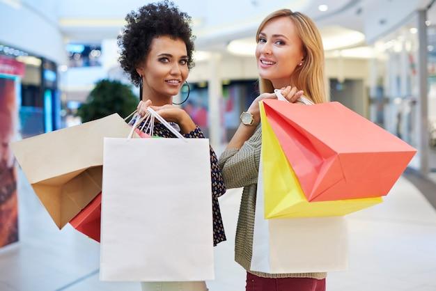 Dois melhores amigos no shopping Foto gratuita