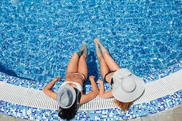 Dois, menina jovem bonita, com, um, bonito, figura, em, um, branca, swimsuit