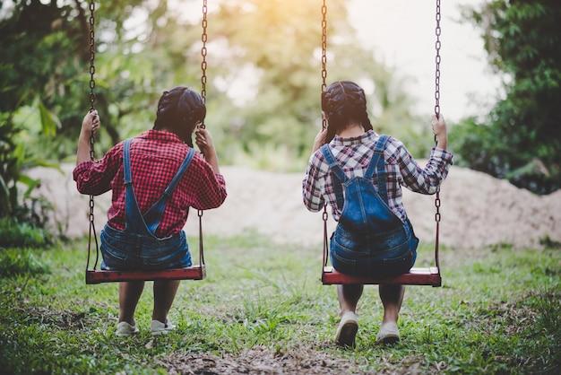 Dois, menina, sentando, ligado, um, balanço, junto