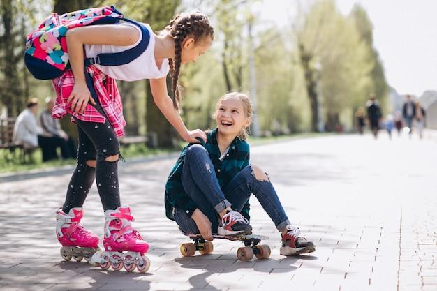 Dois, meninas, amigos, patinação patinação
