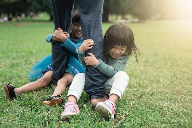 Dois, menininha, segurando, pé, dela, pai