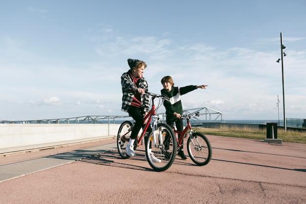 Dois meninos com suas bicicletas ao ar livre