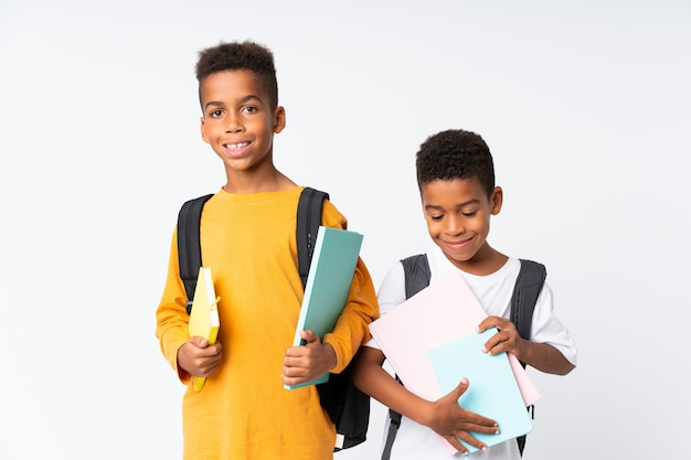 Dois meninos estudantes afro-americanos sobre isolado