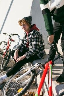 Dois meninos lá fora no parque com suas bicicletas
