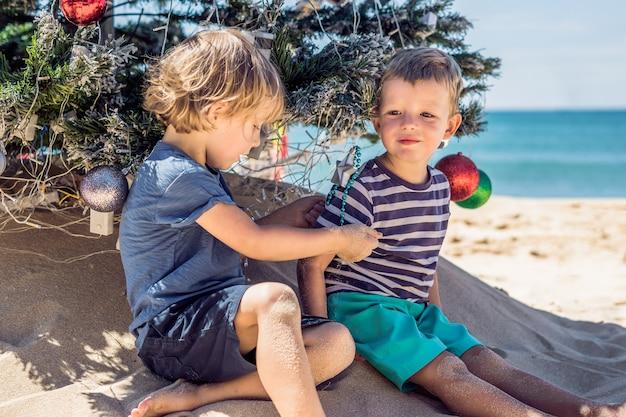 Dois meninos no natal na praia
