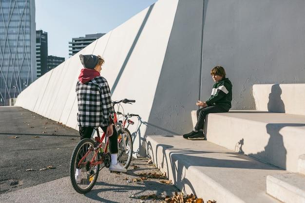 Dois meninos no parque com suas bicicletas