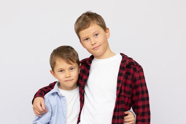 Dois meninos são melhores amigos amigos para a vida