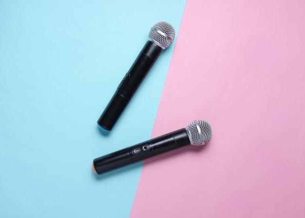 Dois microfone sem fio em azul rosa pastel