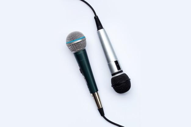 Dois microfones em fundo branco.