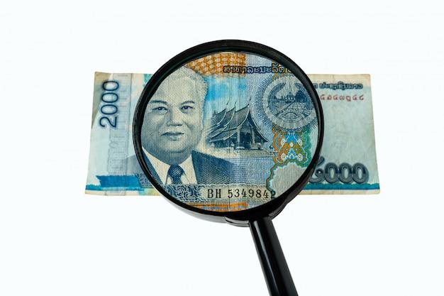 Dois mil bill kos do laos e uma lupa