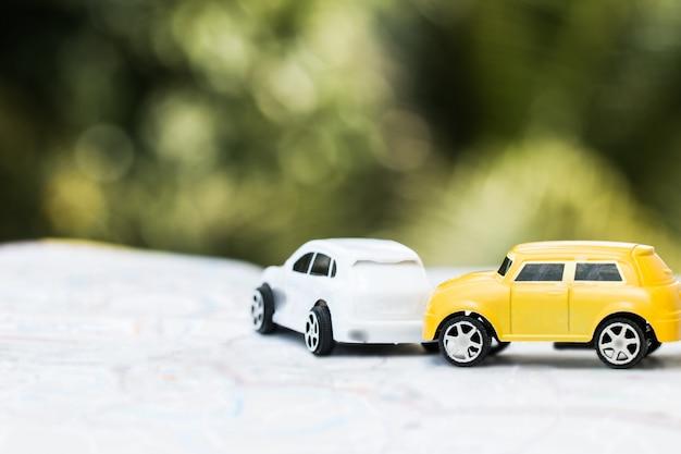 Dois, miniatura, carros, choque colisão, ligado, estrada