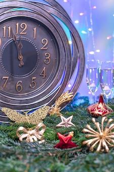 Dois minutos para a meia-noite. grande relógio contando os últimos momentos antes do natal ou ano novo