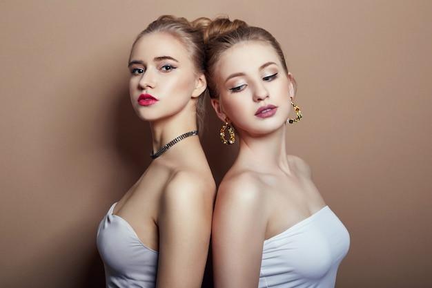 Dois, moda sexy, loiro, meninas jovens, abraçando