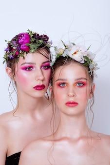 Dois modelos de beleza fashion com maquiagem brilhante profissional
