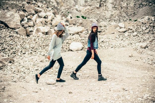 Dois modelos de meninas posando em pedreira