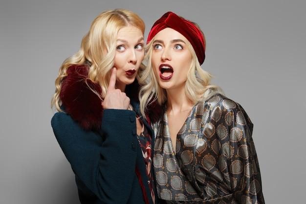 Dois modelos de moda expressando espanto e descrença. pessoas duvidosas.