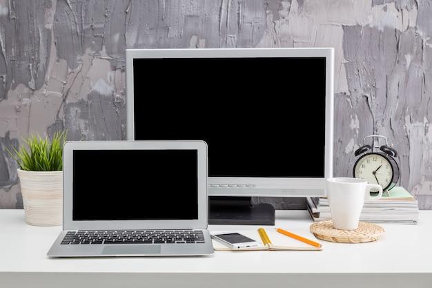 Dois monitores na área de trabalho em um escritório moderno