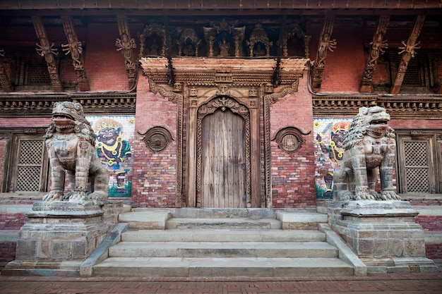 Dois monstros protegem o templo