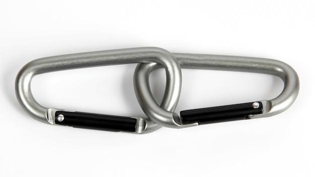 Dois mosquetões de escalada cinza unidos em um fundo branco. itens do dia a dia