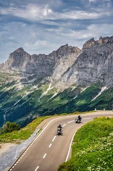 Dois motociclistas viajando pelas montanhas dos alpes suíços na suíça