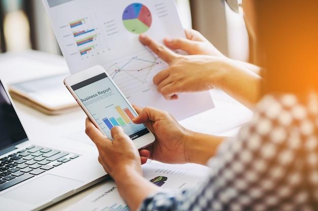 Dois, mulher negócio, analisar, companhia, relatório financeiro, equilíbrio