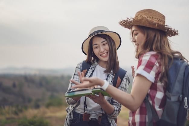 Dois, mulher, pesquisa, direção, localização, mapa, enquanto, viajando