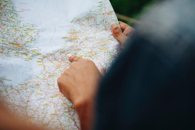 Dois, mulheres, amigos, olhar, um, mapa, junto, viagem, e, trabalho equipe, conceito