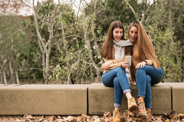 Dois, mulheres jovens, olhar, a, telefone, parque