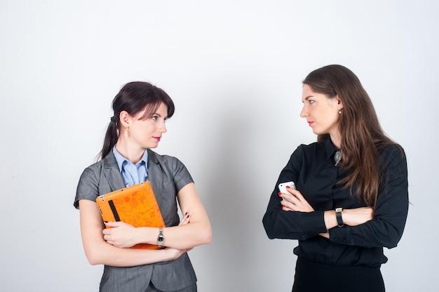 Dois, mulheres negócio, ficar, ligado, um, luz