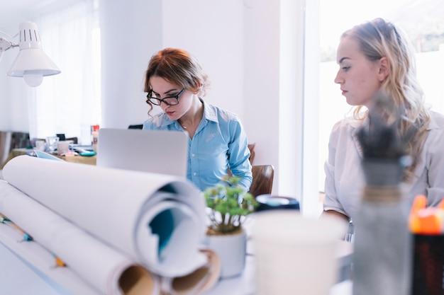 Dois, mulheres negócios, trabalhando, em, escritório