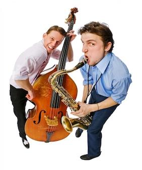 Dois músicos com violão e saxofone