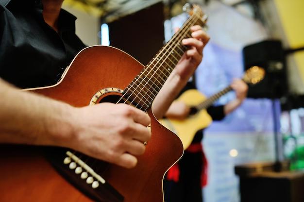 Dois, músicos, tocando, violões