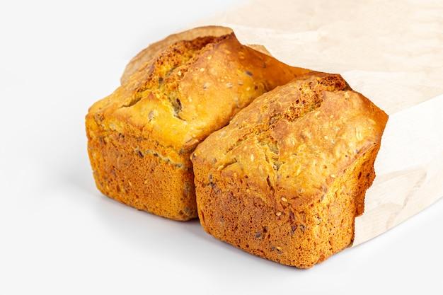 Dois nacos de pão integral no fundo branco. pão quadrado caseiro recentemente cozido. conceito de comida orgânica e vegetariana,