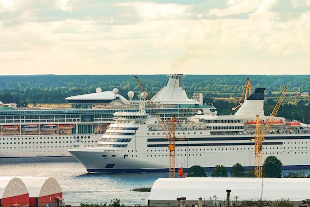 Dois navios de cruzeiro em riga. viagens turísticas e serviços de spa