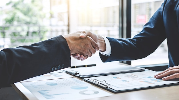 Dois negócios confiante apertando as mãos depois de discutir bom negócio de contrato comercial e novos projetos