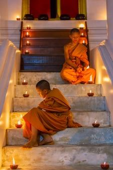 Dois noviços no parque histórico de ayutthaya na tailândia
