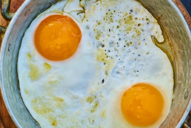 Dois, ovos amarelos, em, panela
