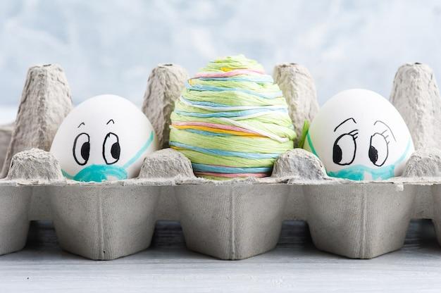 Dois ovos com máscaras médicas distanciavam-se um do outro parecendo assustados